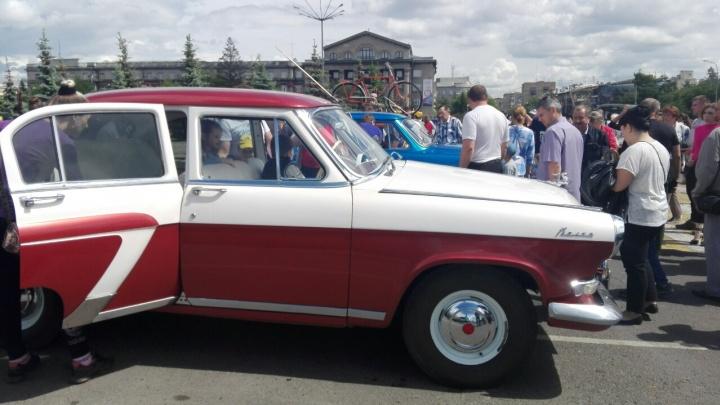 Легендарные старинные авто в центре города изумили красноярцев