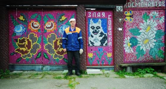«Пробки родственники собирают по всей округе»: на Урале 2 пенсионера обшили дома крышками от бутылок