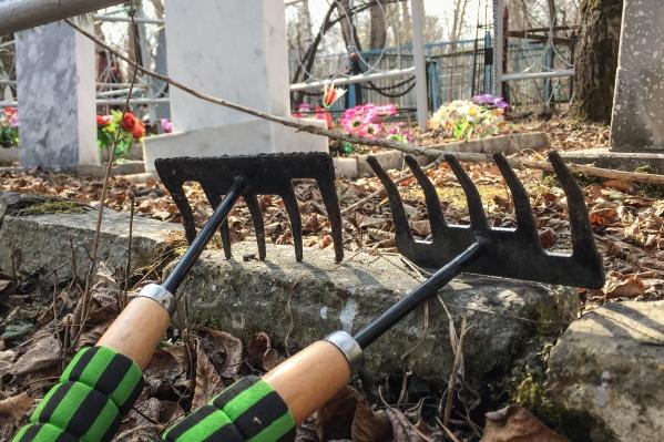 В Центре занятости населения уверяют, что детям нравится работать на кладбище