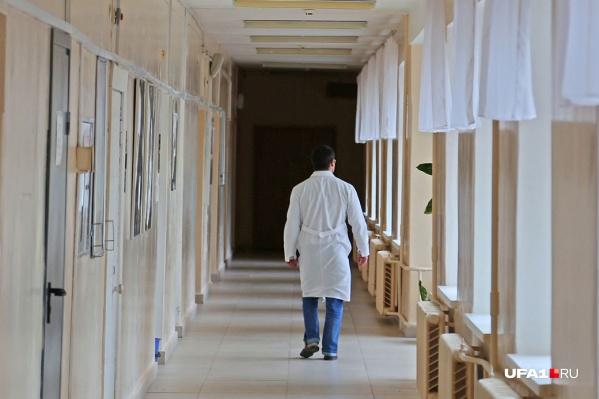 За ребенком в больнице ухаживают медики и волонтеры