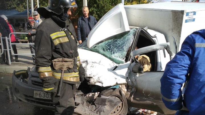 «Прилетели три скорые»: в Челябинске фургон превратился в груду железа после аварии с Land Rover