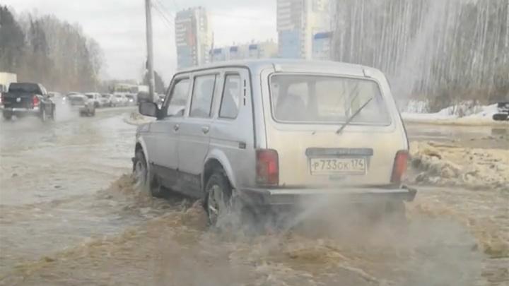 «Половину дороги залило»: авария оставила микрорайон в Челябинске без воды