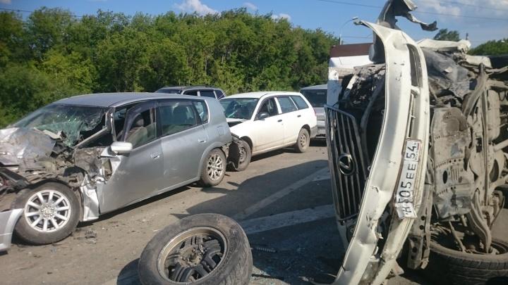 Уснул за рулём: водитель «Лексуса» устроил массовое ДТП на трассе