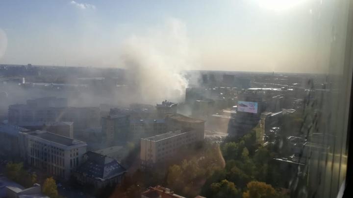 В центре Новосибирска загорелся дом