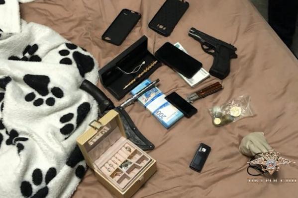 У задержанных изъяли документы, деньги, телефоны, банковские карты, оружие