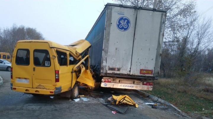 «Шестеро пострадали»: в Волгограде маршрутка въехала в прицеп грузовика