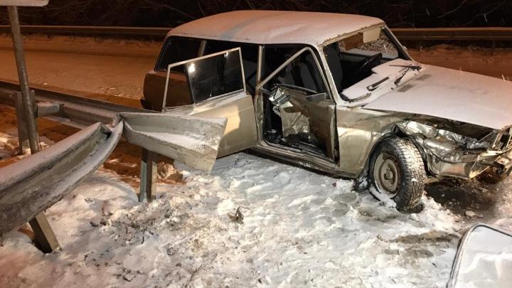 На Егоршинском Подходе жигули улетели в отбойник, два человека в больнице