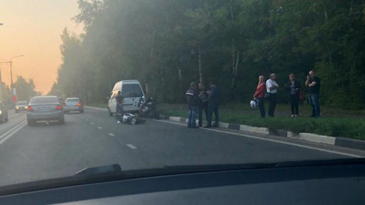 В Ярославле Полушкина роща встала в пробке из-за ДТП с мотоциклом