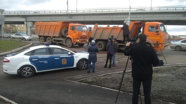Два грузовика с мусором попались экологам без документов и отправились на штрафстоянку