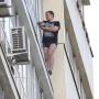 Стоял четыре часа: челябинец с ножом вылез на карниз балкона на восьмом этаже