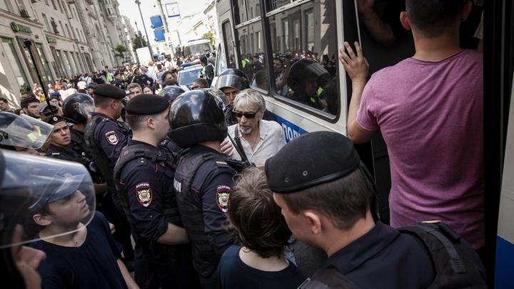 Полицейские и ОМОН задержали в центре Москвы более тысячи участников акции протеста