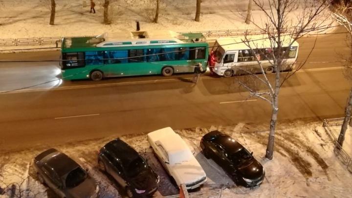 """""""Был сильный удар"""": на Амундсена маршрутка врезалась в зелёный автобус"""