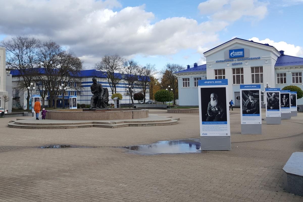 Трёхсторонние конструкции с фотопортретами ветеранов на площади П. И. Чайковского