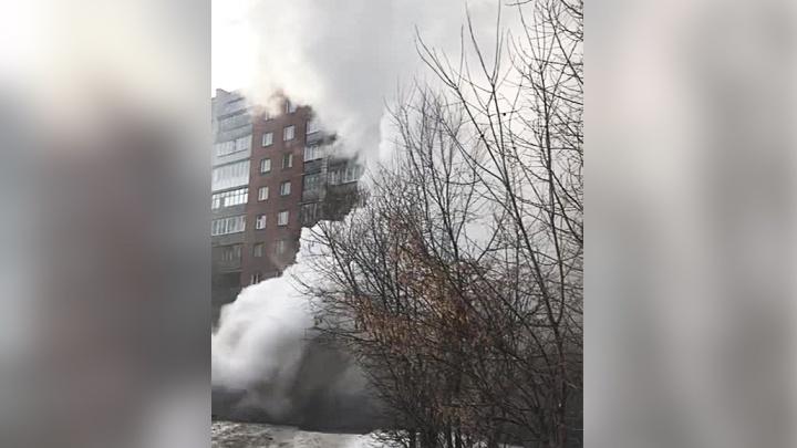 На Котовского из-под земли забил кипяток: многоэтажки заволокло густым облаком пара