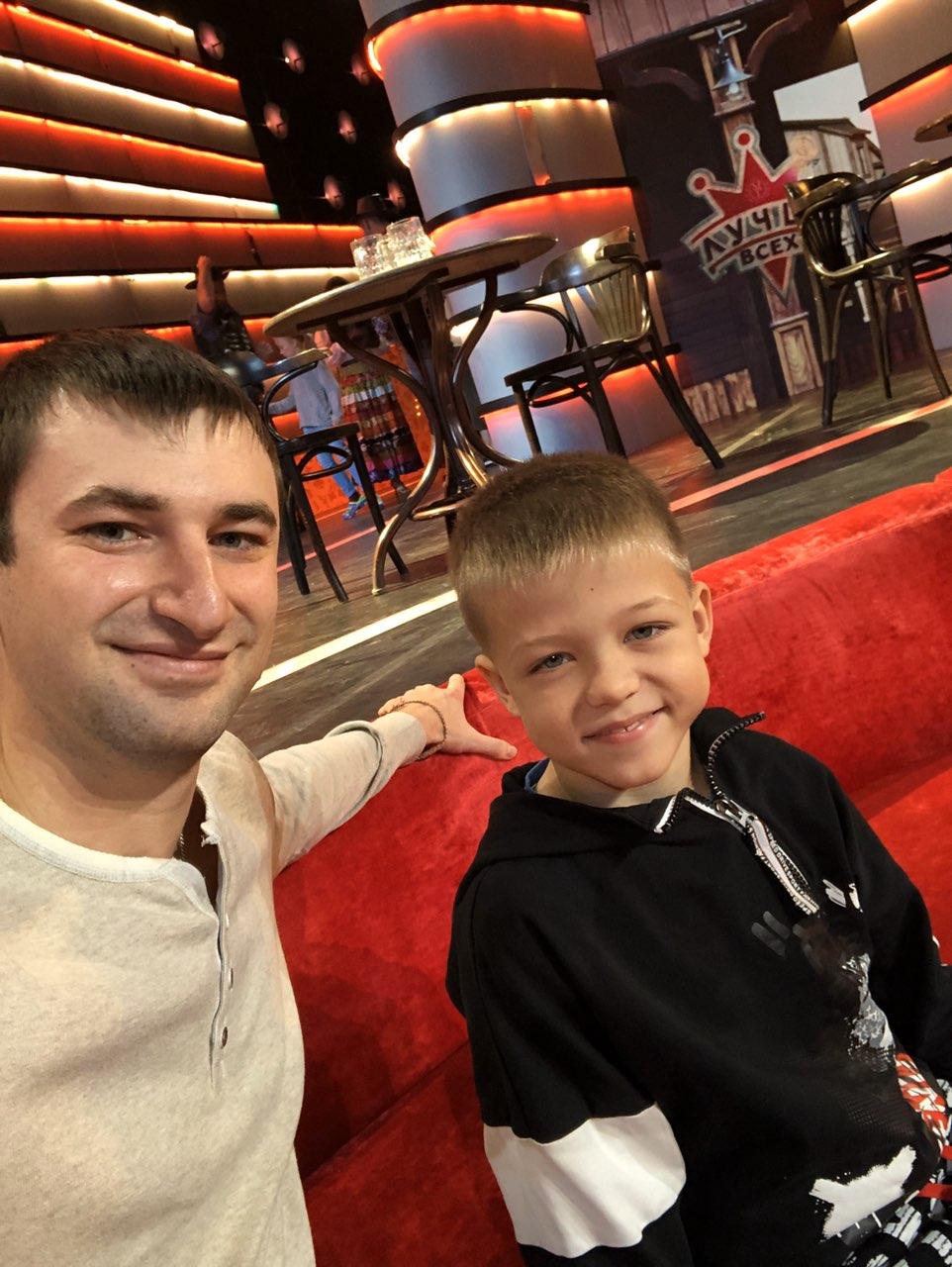 Юного гимнаста поддерживал его тренер Иван Новиков