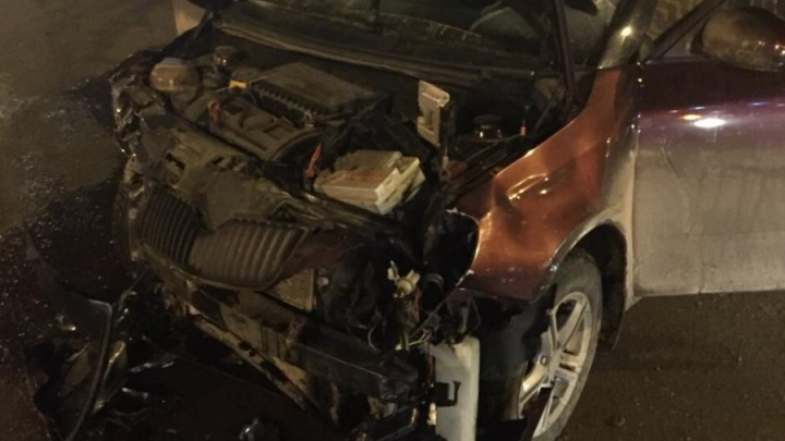 Тройной удар: иномарка снесла забор и влетела в торговый павильон в центре Челябинска