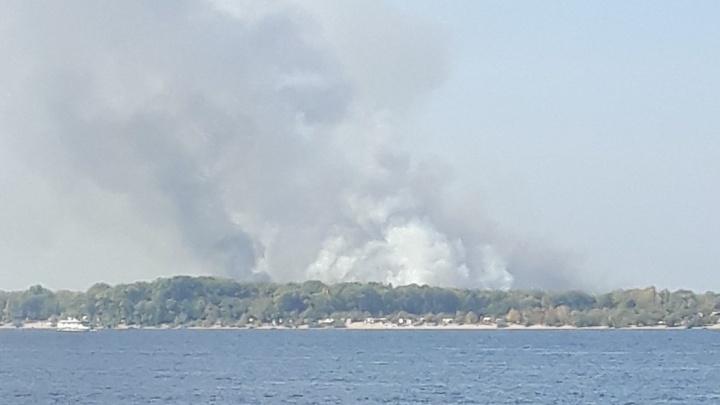 Дым видно из Самары: на острове Поджабном вспыхнула трава