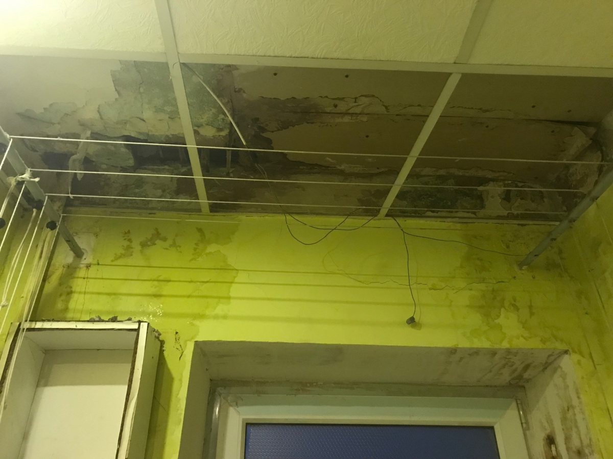 Так выглядит потолок в ванной в квартире на пятом этаже