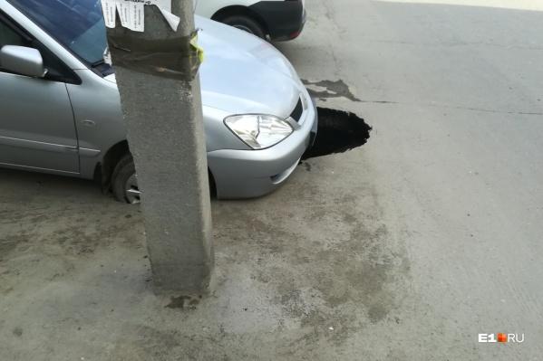 Передние колеса машины оказались под землей