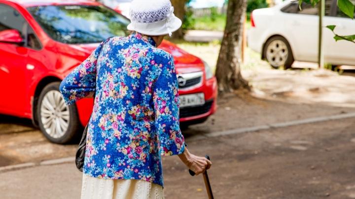В Ярославской области женщина вырвала у пенсионерки конверт с 75 тысячами рублей