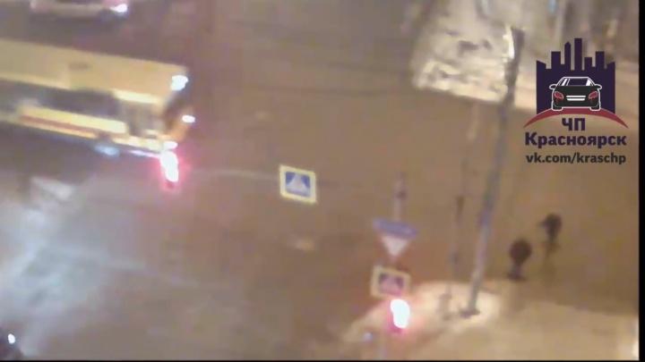 Самоуверенный пешеход перебегал на красный и угодил под автобус