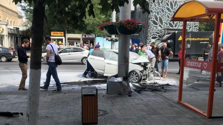 ДТП на Большой Садовой: легковой автомобиль влетел в столб рядом с автобусной остановкой