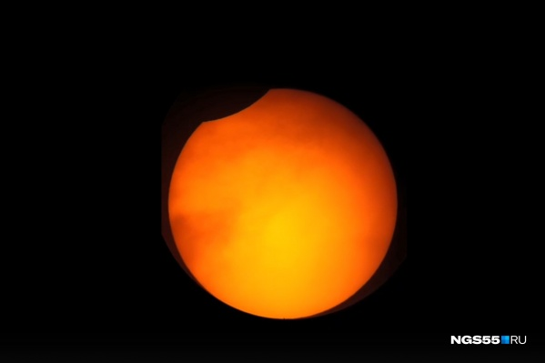 За несколько секунд до того, как солнце в Омске закрыли тучи, мы успели сфотографировать с помощью телескопа вот такой «надкусанный апельсин»