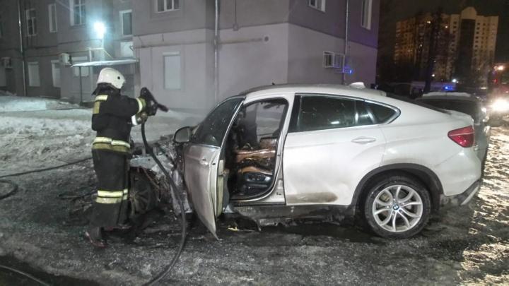 Услышали три хлопка: в Екатеринбурге ночью сгорел элитный внедорожник бизнес-леди