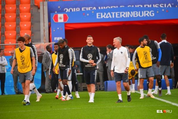 Дидье Дешам (в белом) оценил необычный екатеринбургский стадион