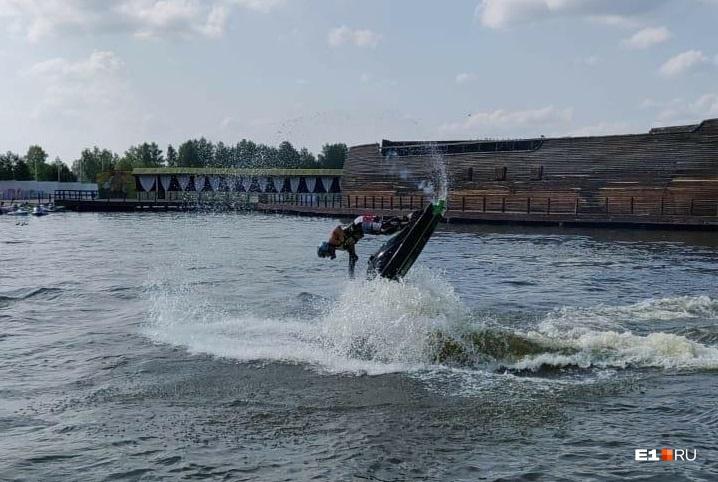 Участники соревнованийвыпрыгивали из воды на два метра, делали сальто, различные вращения, перевороты