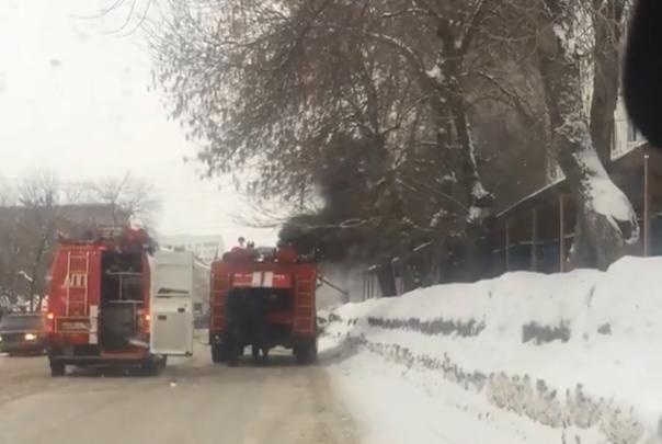 Сгорел на работе: в Уфе засняли на видео, как полыхнул экскаватор