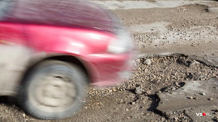 «Без слез не взглянешь»: после оттепели на дороге Волгограда не осталось ни одного живого места