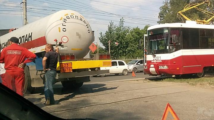 Автоцистерна с газом перекрыла пути трамваям на Петухова