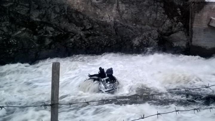Малолитражка в водовороте: на Урале пьяный 19-летний парень на Hyundai Getz слетел с плотины в реку