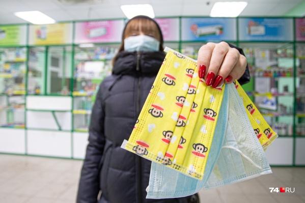 В торговых комплексах и транспорте медики советуют носить маски, чтобы не подхватить инфекцию