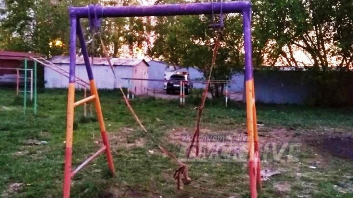 Всё лучшее —детям. Топ-5 адских детских площадок Омска и области из соцсетей