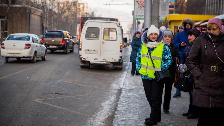Отстойное место: отряд в зелёных жилетах устроил рейд против медленных автобусов на площади Калинина