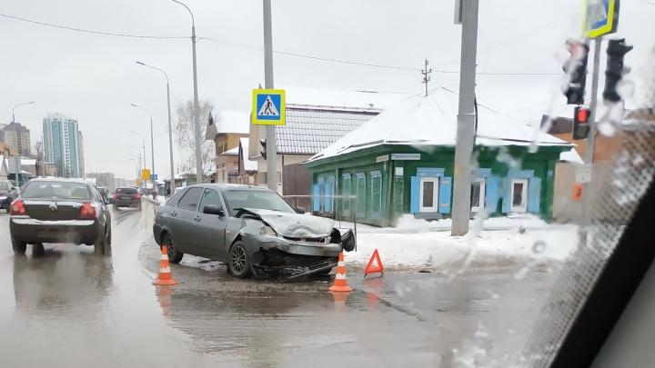 В аварии наПерекопской в Тюмени пострадала 22-летняя пассажирка легковушки