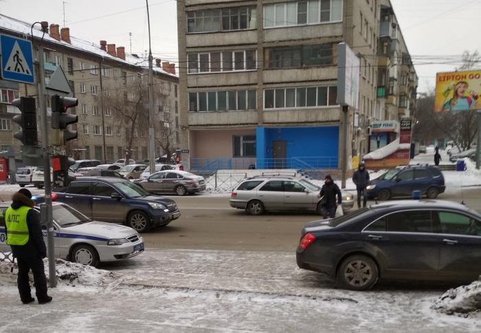Автомобиль полпреда на фото в правом нижнем углу