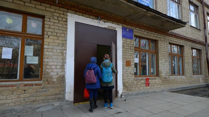В Екатеринбурге некоторые школы и садики разрешили детям без прививки от кори ходить на занятия