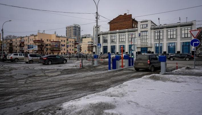 «Пока работает не очень эффективно»: мэр Новосибирска оценил платную парковку у Главного вокзала