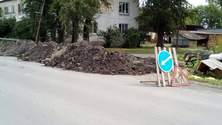 На Урале женщина упала в вырытую коммунальщиками яму и сломала руку