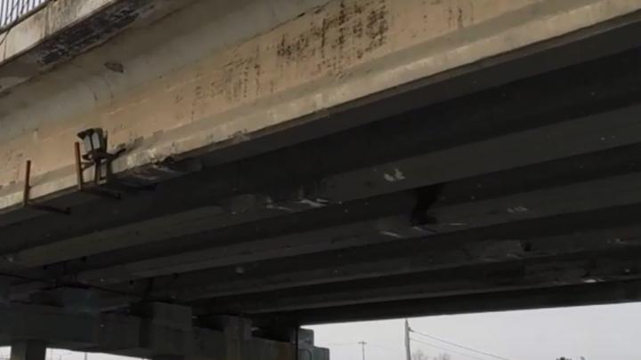Специалисты начали проверять мост в Солнечный, который постоянно таранят большегрузы
