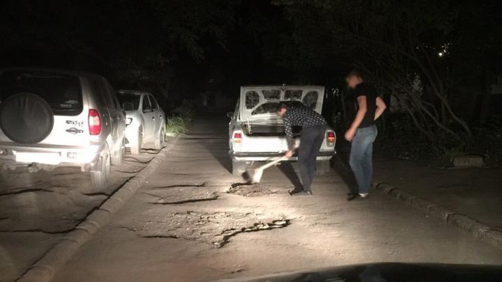 Не дождались: в Самаре двое молодых людей заделали ямы в асфальте за свой счёт