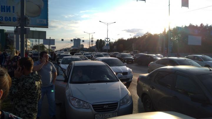 Московское шоссе парализовало из-за розыгрыша призов в ТЦ