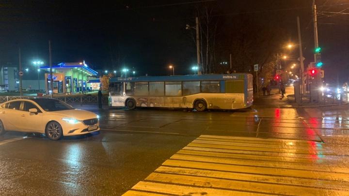 ГИБДД опубликовала видео ДТП с автобусом и пешеходом на шоссе Космонавтов