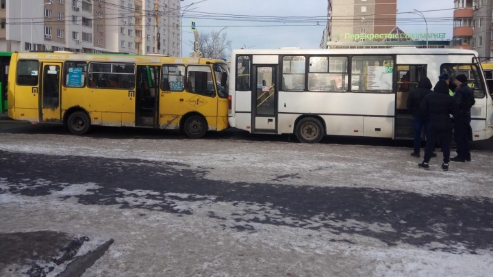 В Екатеринбурге пассажирка маршрутки сломала нос в ДТП
