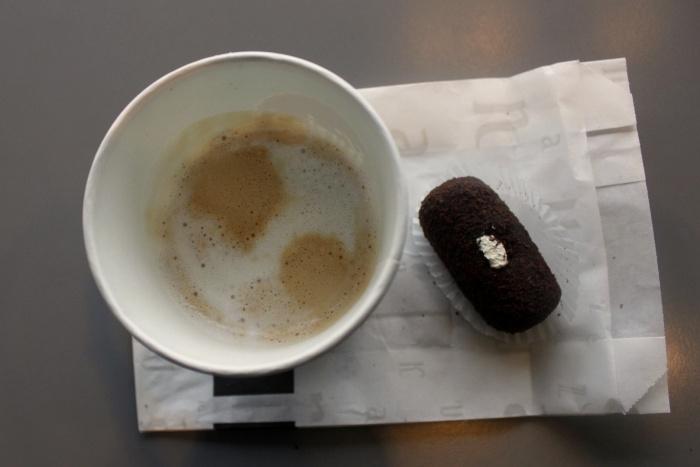 Чтобы получить бесплатный кофе, сотруднику полиции придётся купить хотя бы пирожное «картошка» —это самый дешевый десерт в Kuzina