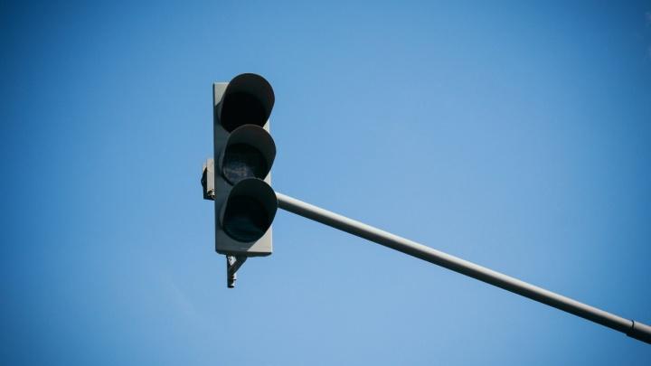 Штраф не помог: на оживлённом перекрёстке в Челябинске месяц не могут починить светофоры