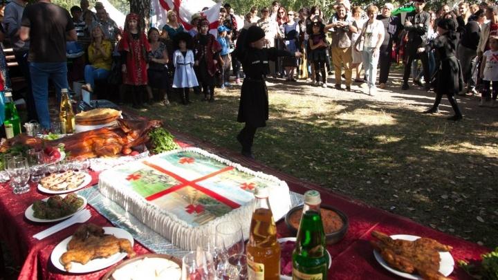 Гастрономический туризм: пробуем цыганскую и армянскую еду на празднике народов Урала